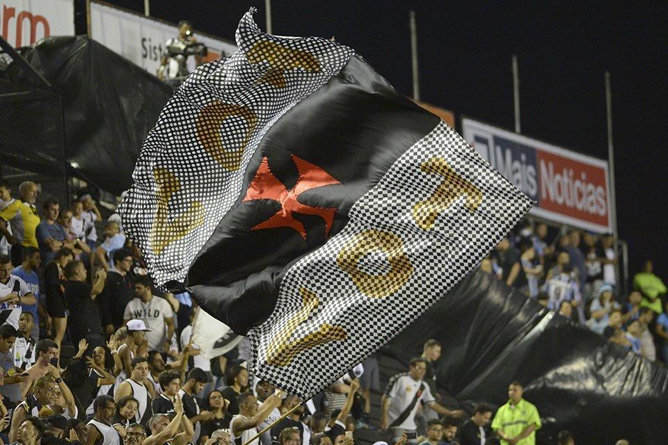 Bandeira do Vasco no meio da torcida Sul-americana